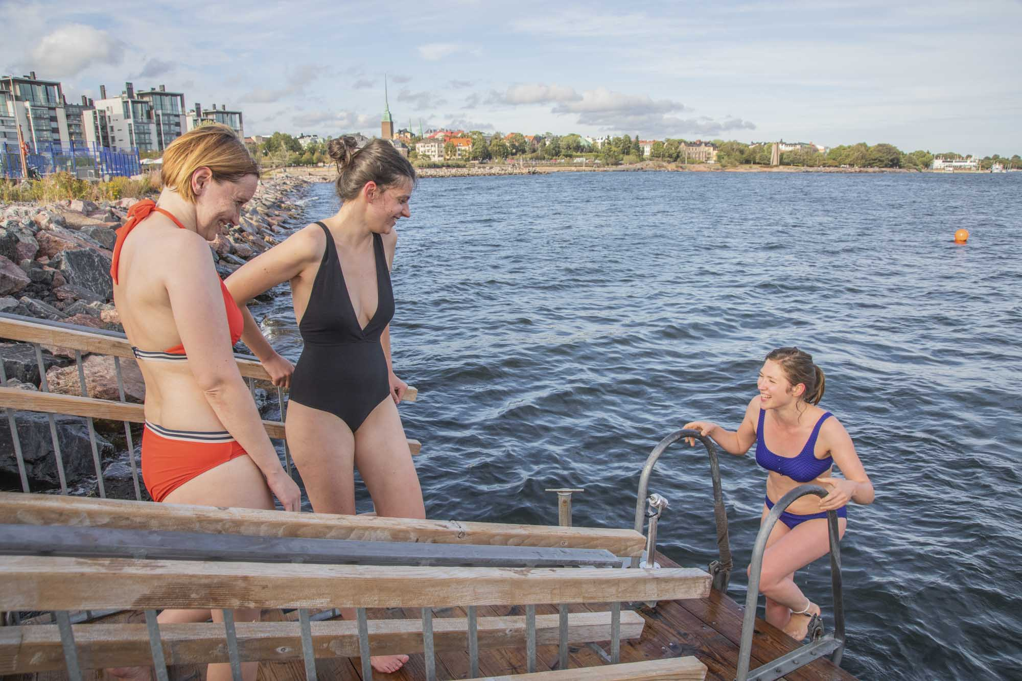 Finnland, Helsinki, Industrieviertel Hernesaari, Löyly Sauna. Nach der Sauna gibts Abkühlung im Meer, Finnischer Meerbusen