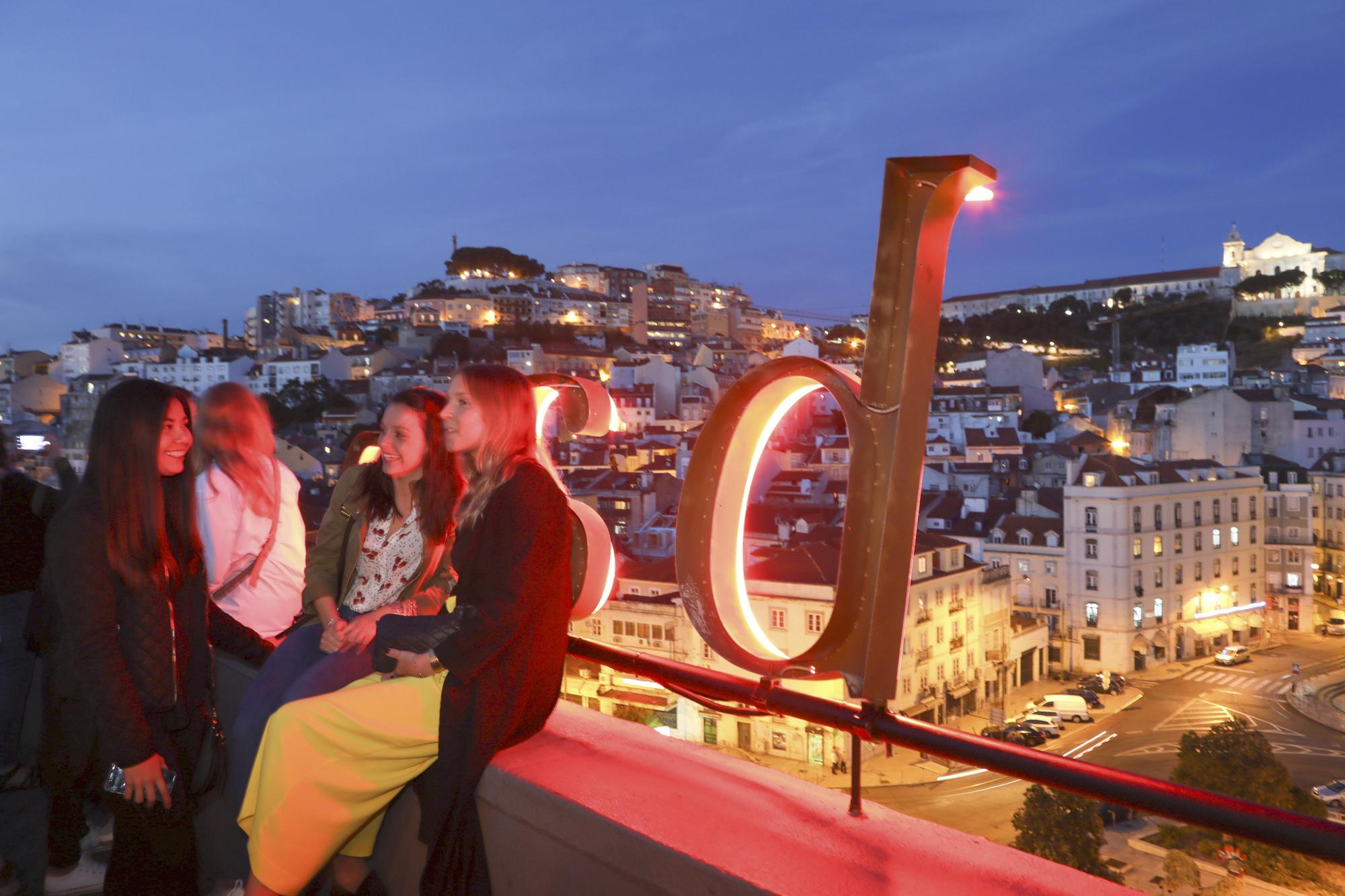 Portugal, Lissabon, Baixa Viertel, Praca Martim Moniz, Blick von der Rooftop Bar Topo auf den Platz und das Mouraria Viertel