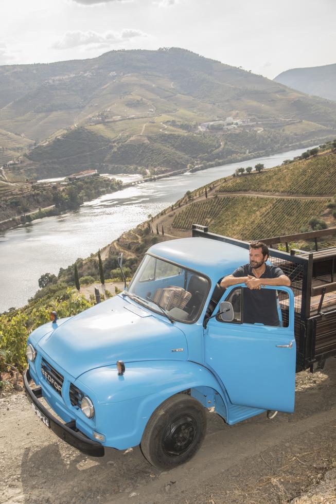 Portugal, Nordportugal, Douro Weinanbaugebiet, Quinta do Crasto, Weinkellerei. Winzer Tomas Roquette mit seinem restaurierten Bedford Lastwagen