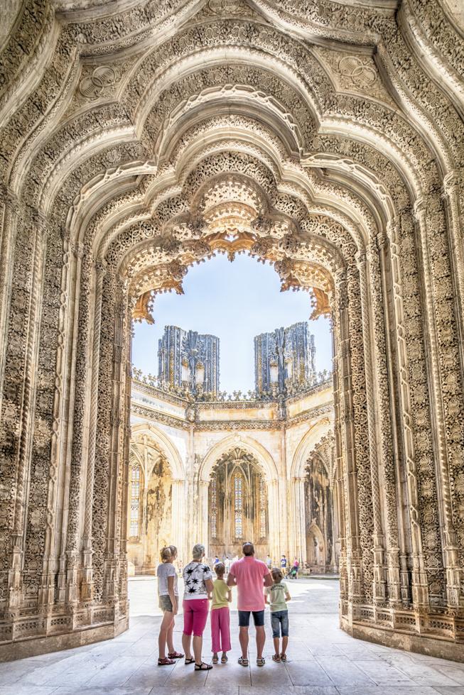 Portugal, Region Centro, Batalha, Mosteiro da Santa Maria da Vitória, Kloster von Batalha, Kloster der Heiligen Maria vom Siege, großes Portal in der unfertigen Kapelle