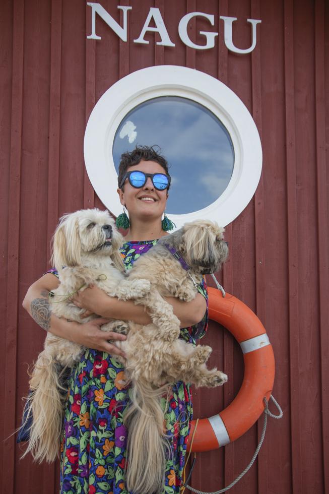 Finnland, Varsinais-Soumi, Turku, Roadtrip durch die Schärenlandschaft der Westküste. Elina Kivisalo, Yoga Lehrerin, mit ihren Hunden auf der Insel Nagu